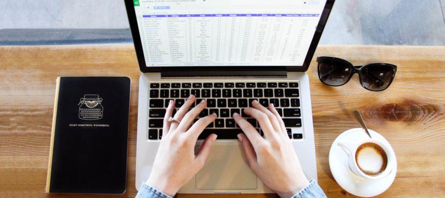 Tisch mit einem Laptop auf dem Excel geöffnet ist